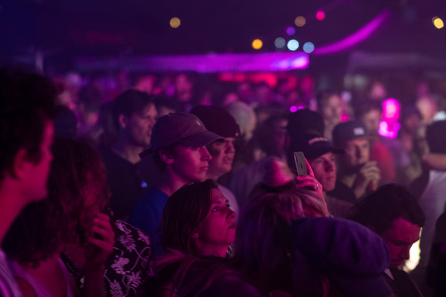volcom-garden-experience-pier15-skatepark-breda-2019-crowd-evening-mathijstromp