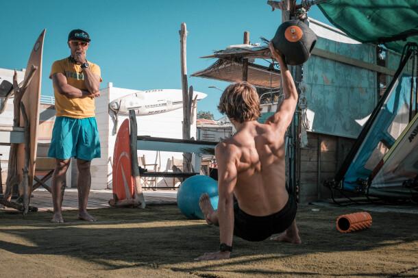 fitsurf-lab-training-edoardo-papa-surfer-pablo-ayala-coach